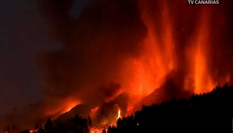 Lava fountains from the main vents early this morning (image: Canaria TV)