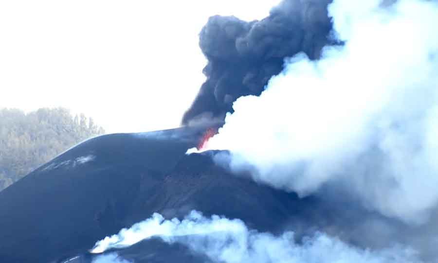 Ash emission and lava spattering at La Palma this afternoon (image: Canarias TV live stream)