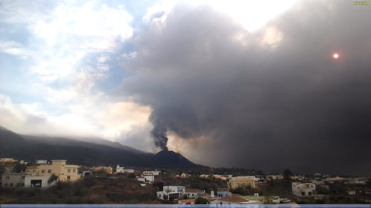 Ash plume rising today from La Palma, drifting south and southeast (image: Volcanes de Canarias @VolcansCanarias / twitter)