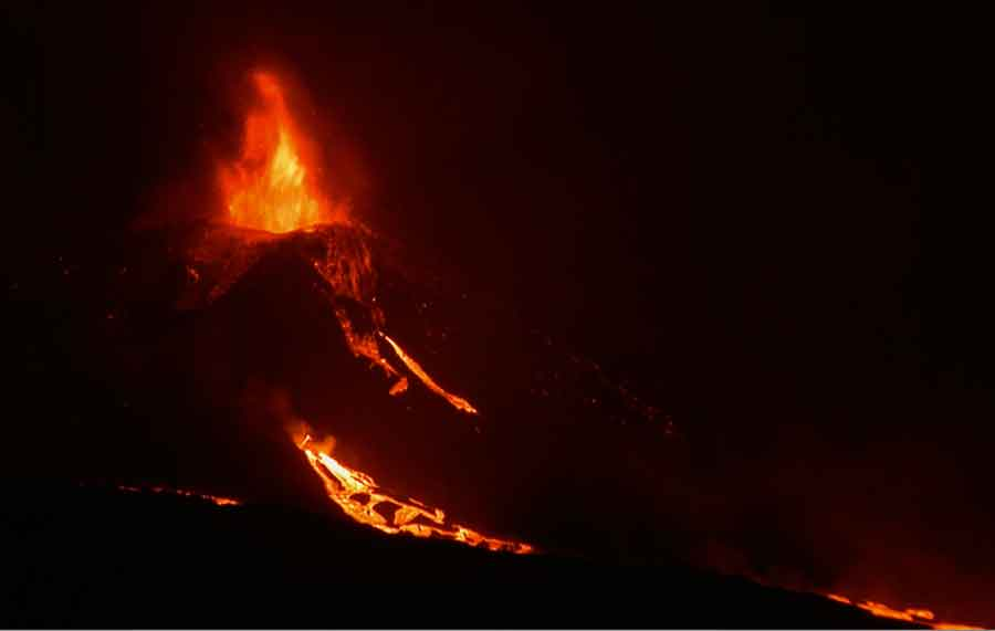 Lava fountaing from the summit vent at La Palma this evening (image: kimedia.es live cam)