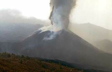 Live view of the eruption this afternoon (image: kimedia.es webcam)