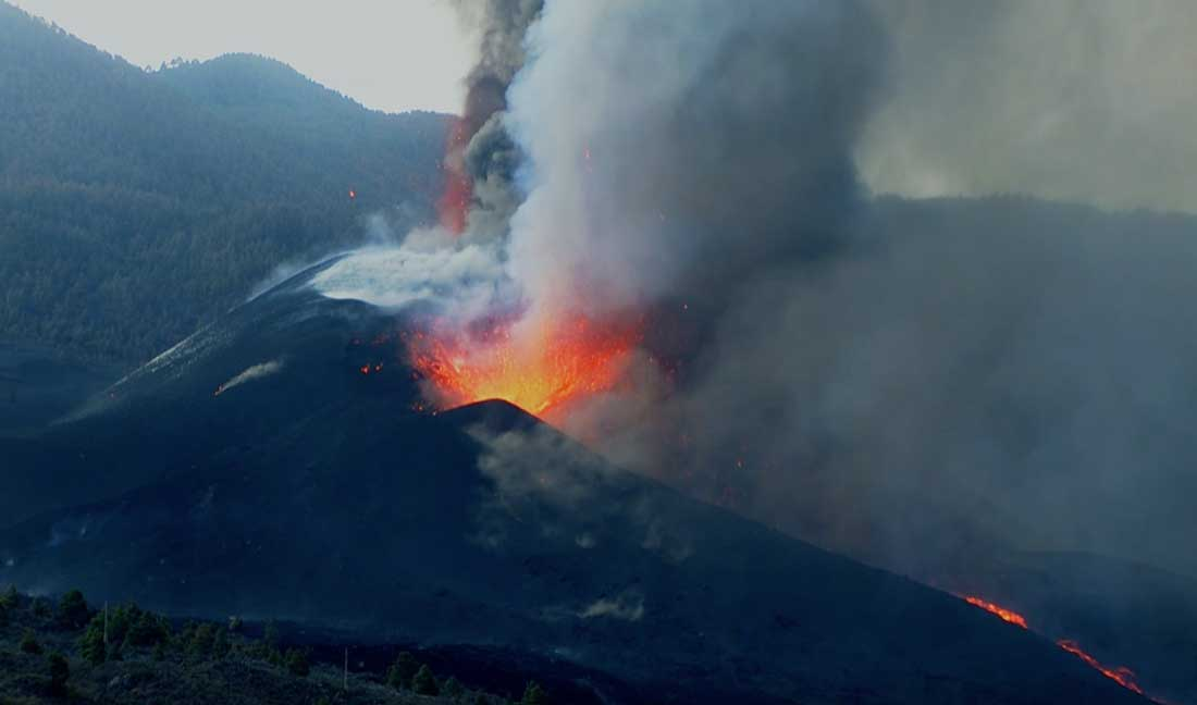 Intense activity at the La Palma volcano this morning (image: kimedia webcam)
