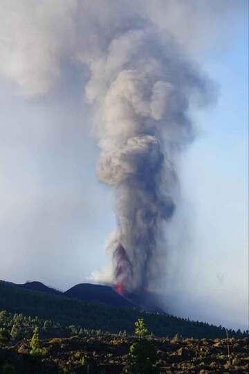 Ash plume this morning (image: Eva / @evis ka / facebook)
