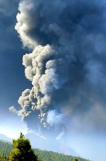 Tall ash plume from La Palma volcano this morning (image: Victor Melo)