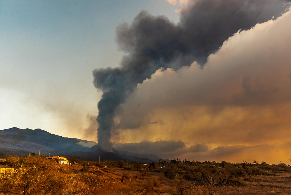 Ash plume from the La Palma eruption on the evening of 5 Oct 2021