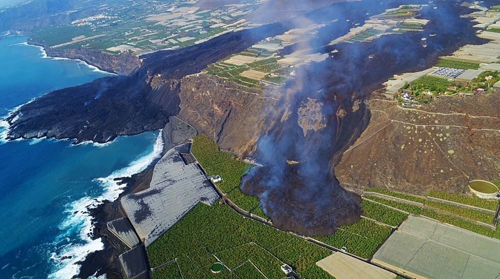 Aerial photo shows the tongue (right) of the main lava (left) extending south-southwest direction (image: @RTVCes/twitter)
