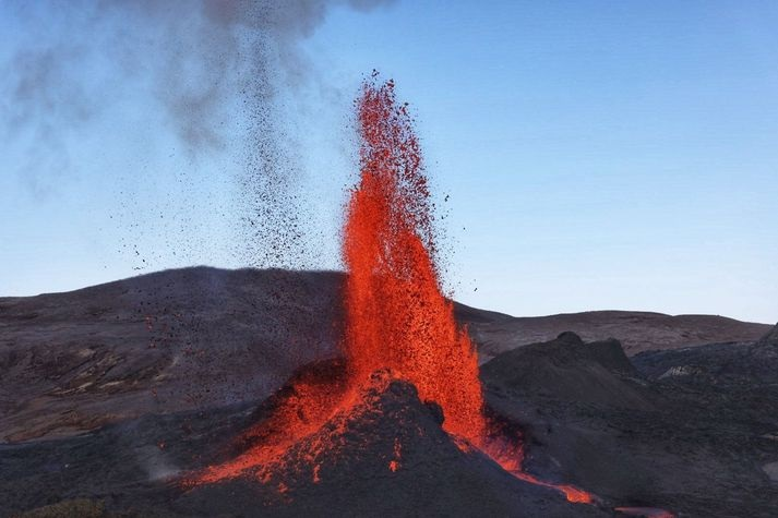 Lava fountains, about 300 m high, pulsing at regular intervals of 7 to 10 minutes (image: @ gislio / twitter)