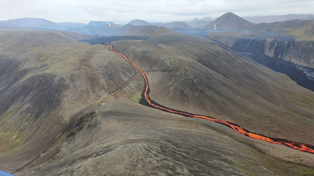 Narrow lava flow escaping the Gelingadalur Valley to the south and into Nátthagi Valley earlier today (image: Icelandic Coastguard)
