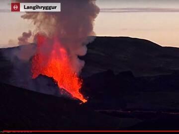 Lava fountain at the eruption around 5:41 am (image: RUV webcam)