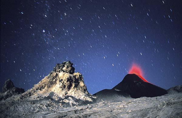 Nachtszene im aktiven Krater des Lengai-Vulkans