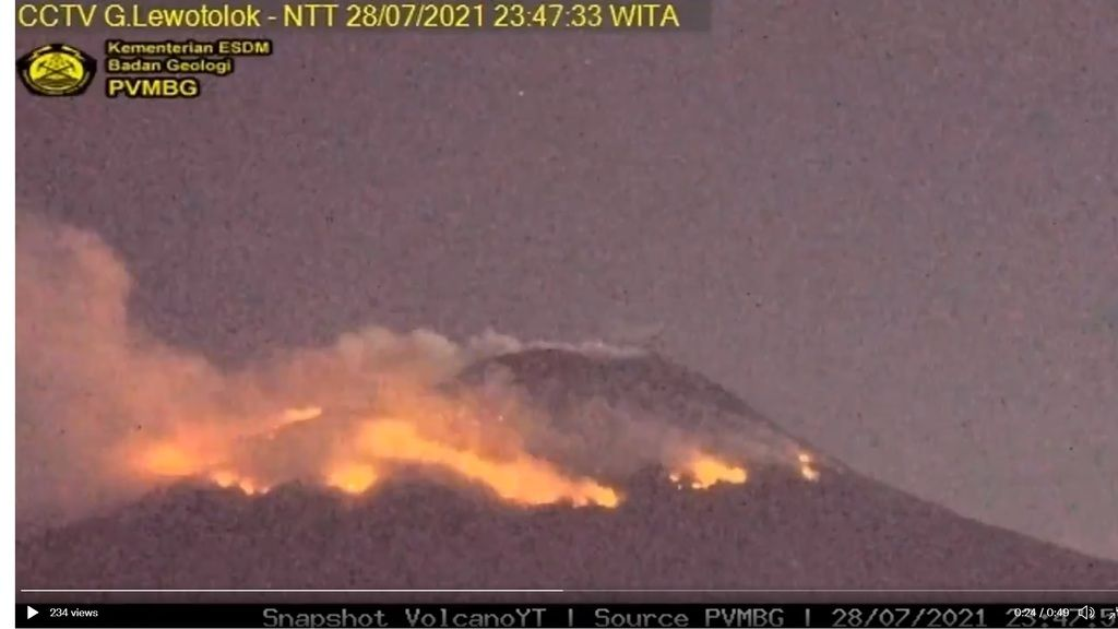 Bush fires at the summit area of Lewotolo volcano continue to burn on 28 July (image: @VolcanoYTz/twitter)