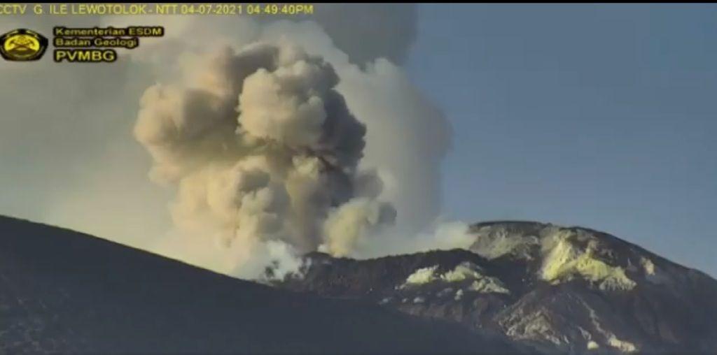 Eruption column from Lewotolo volcano yesterday (image: @PVMBG_/twitter)