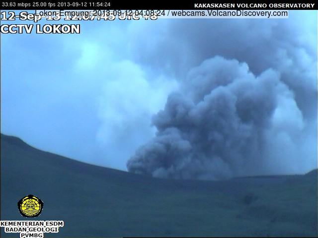 Ash emissie uit Lokon vulkaan vanochtend (VSI webcam)