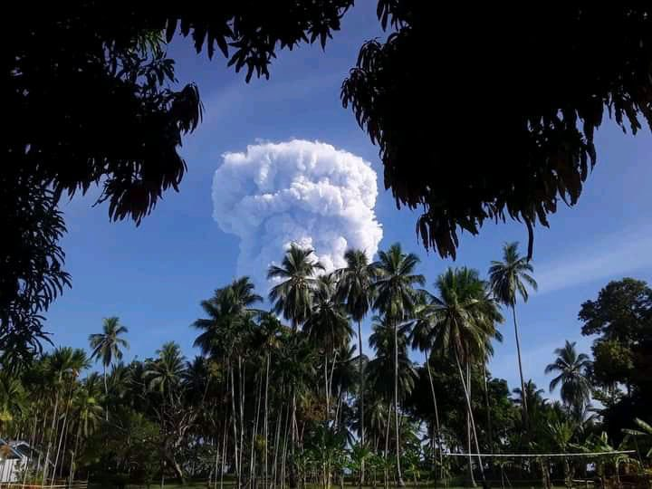 Tall and dense ash cloud from Manam volcano as seen from Bogia (image: Rabaul Volcano Observatory)