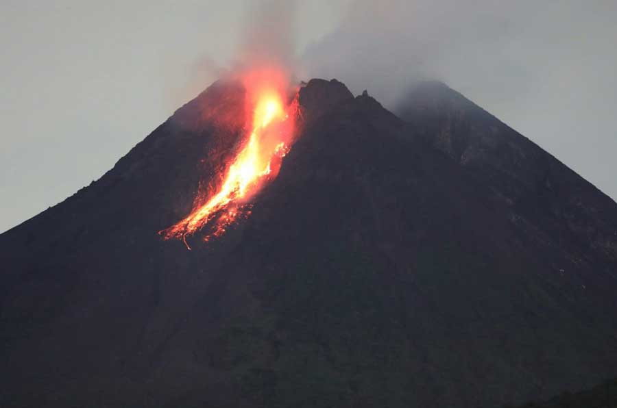 Glowing avalanches from Merapi's lava dome last night (image: Andi Rosadi / VolcanoDiscovery Indonesia)