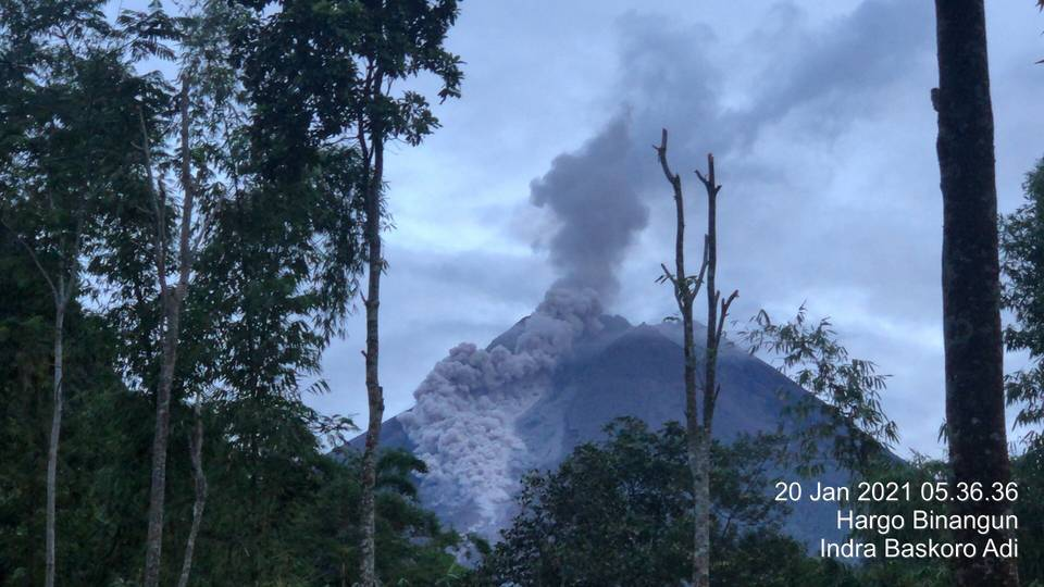 Glowing avalanche from Merapi this morning (image: Andi Rosadi)