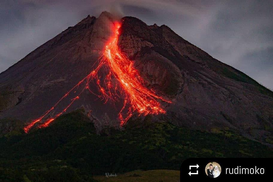 Incandescent avalanches from Merapi's lava dome on 23 April 2021 (image: Rudi Pramoko @rudimoko / Instagram)