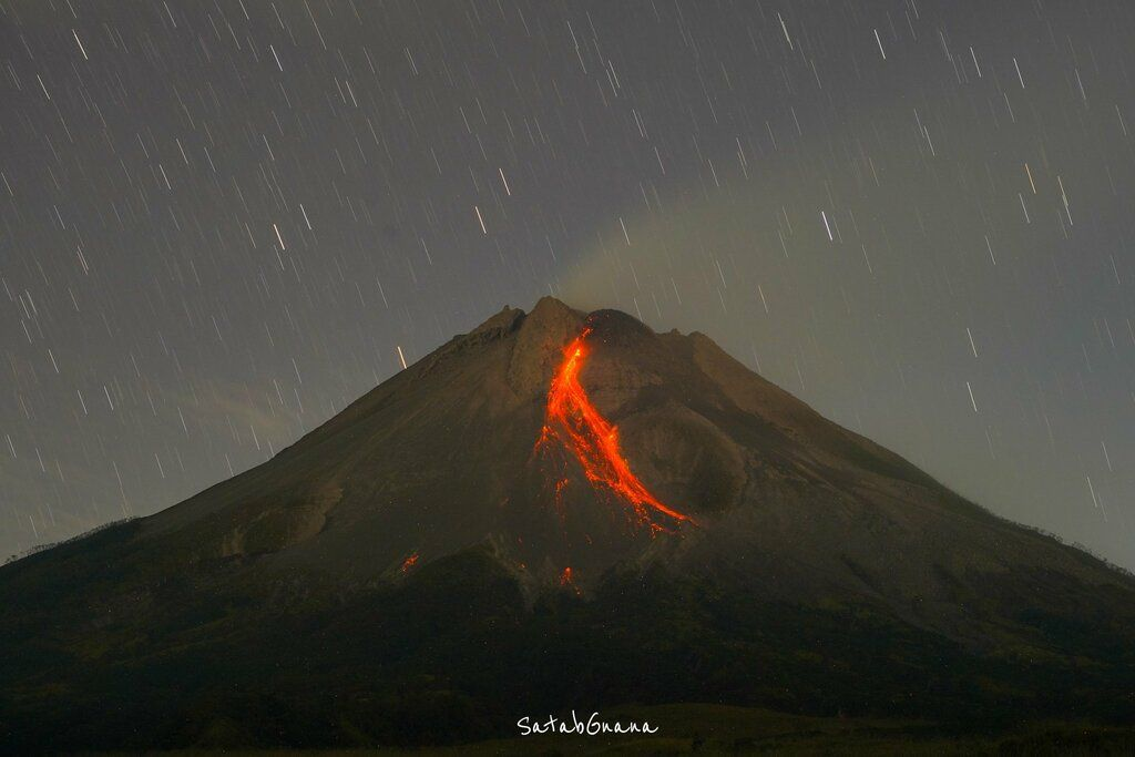 Incandescent avalanches from the lava dome (image: @merapi_uncover/twitter)