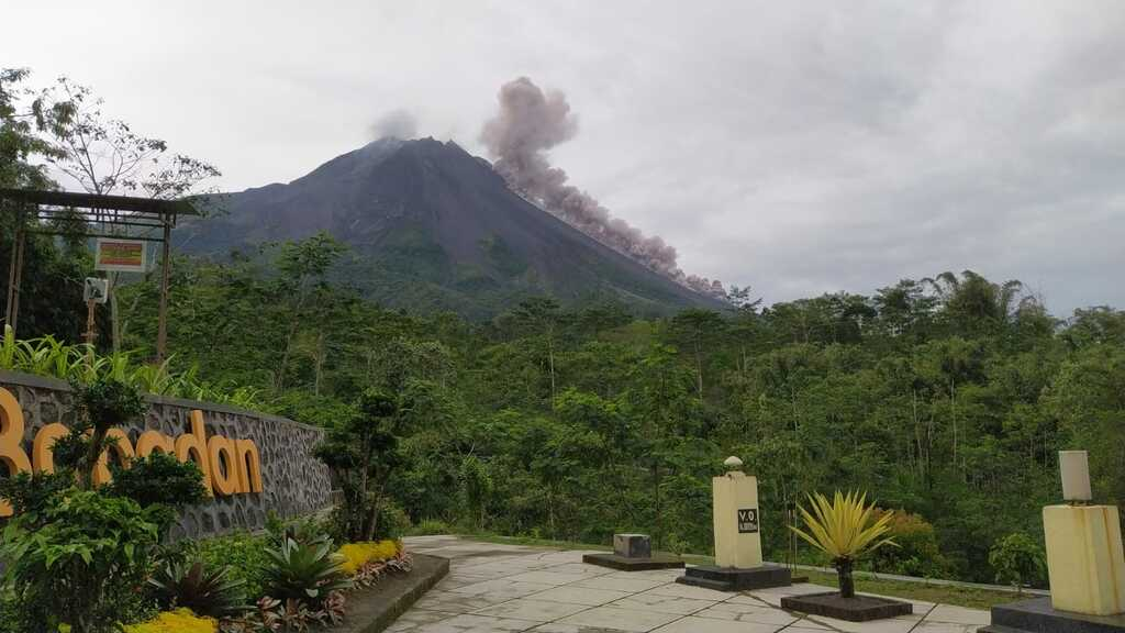 Pyroclastic flow and phoenix clouds at Merapi volcano this morning (image: PVMBG)