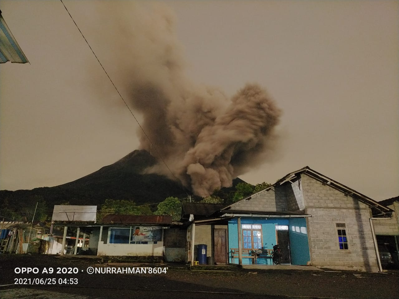 Ash plume rose to an altitude of 4 km (image: @Rizal06691023/twitter)
