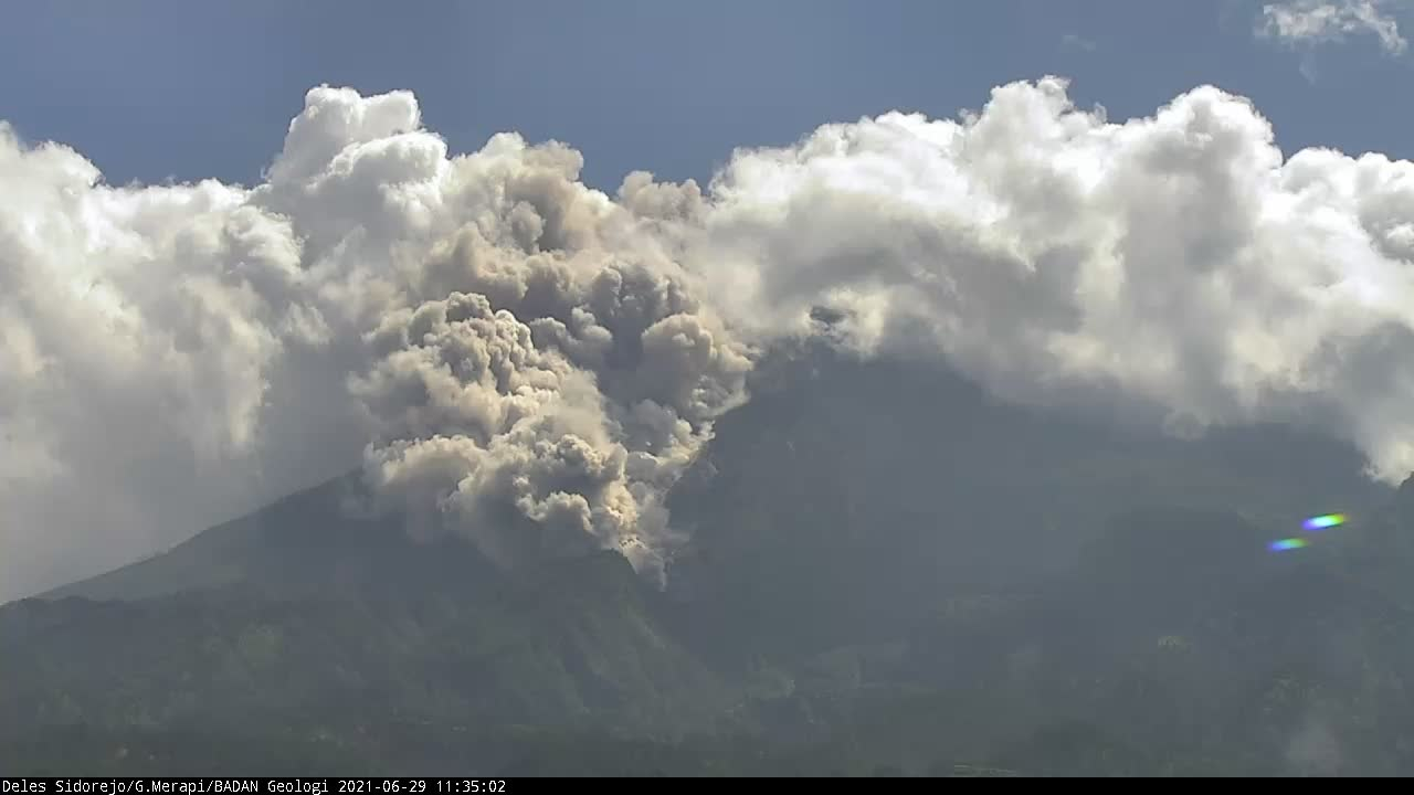 Dense lifted ash plumes (so-called phoenix clouds) descended the SE slopes at Merapi volcano today (image: @BPPTKG/twitter)