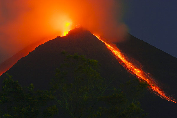 Merapi volcano in eruption in May 2006 (photo taken on 22 May)