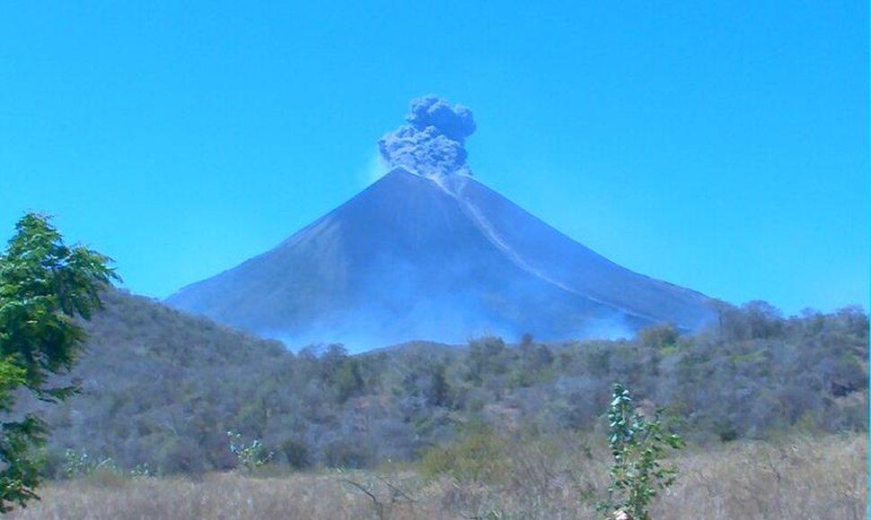 Eruption at Momotombo yesterday (image: INETER)