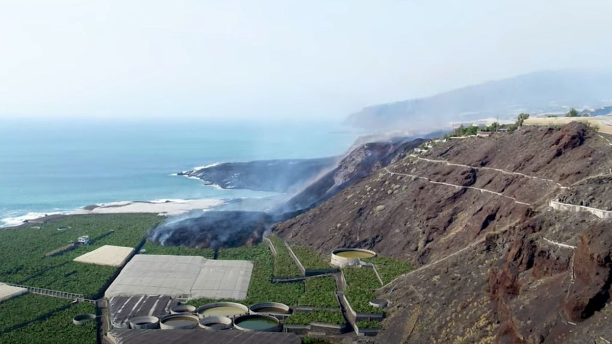 The new lava branch at the coast south of the previous delta (image: Canarian Government drone video)