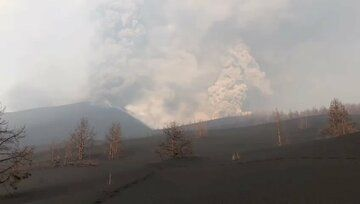 Activity at new vent that opened or was reactivated yesterday afternoon southeast of the cone (image: INVOLCAN / Twitter)