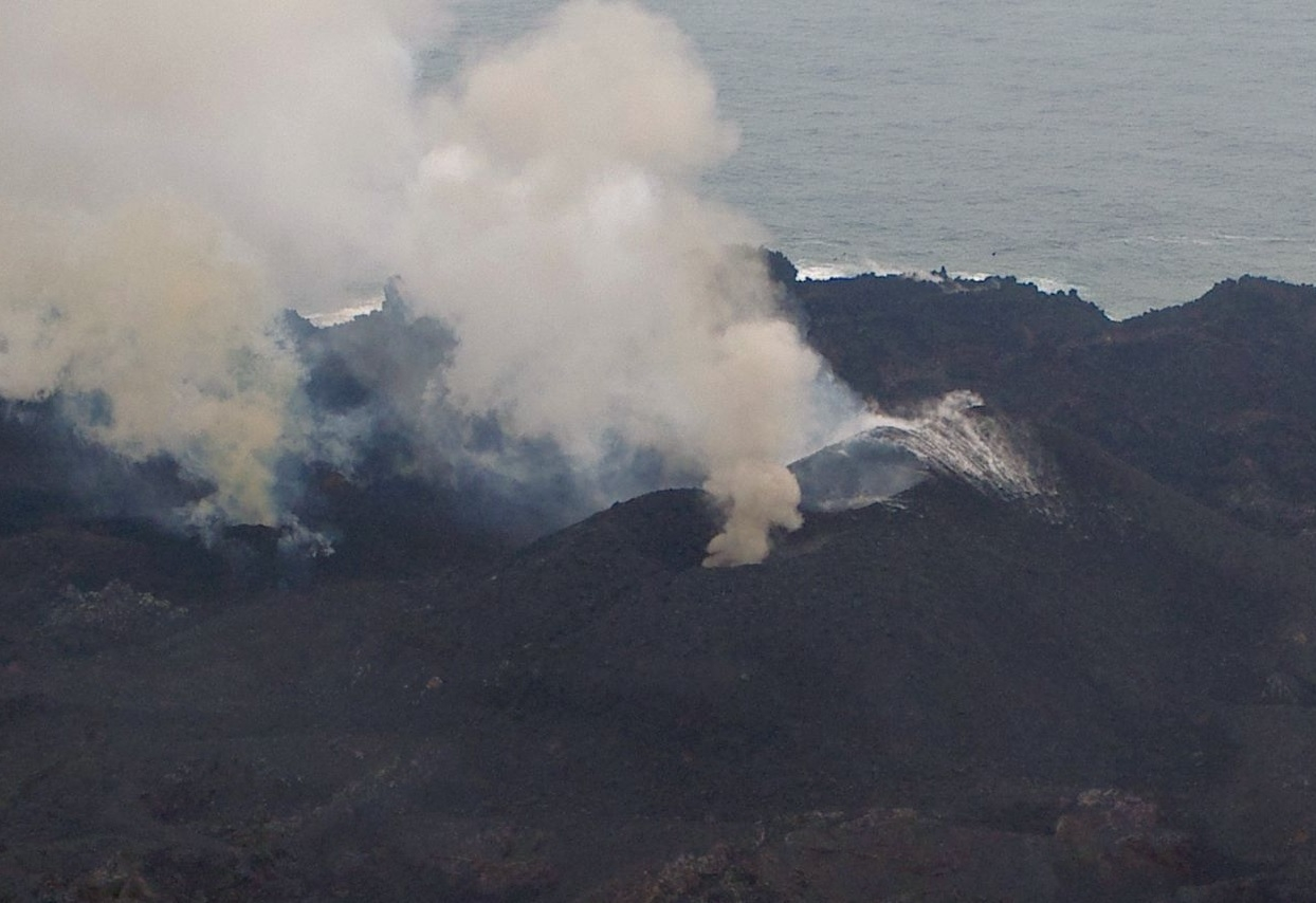 3 vents at Nishinoshima volcano (13 June)