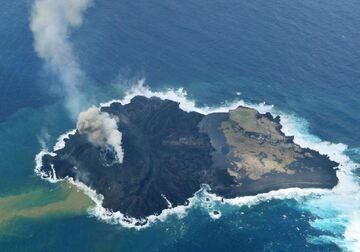 The former new island off Nishino-Shima seen on 20 Jan 2014(Japan Coast guard)