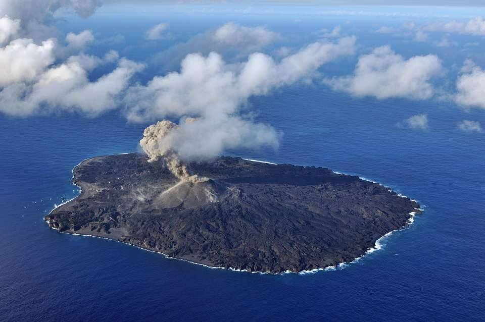 Explosion from Nishinoshima's active main vent on 17 Nov (Japan Coast Guard)