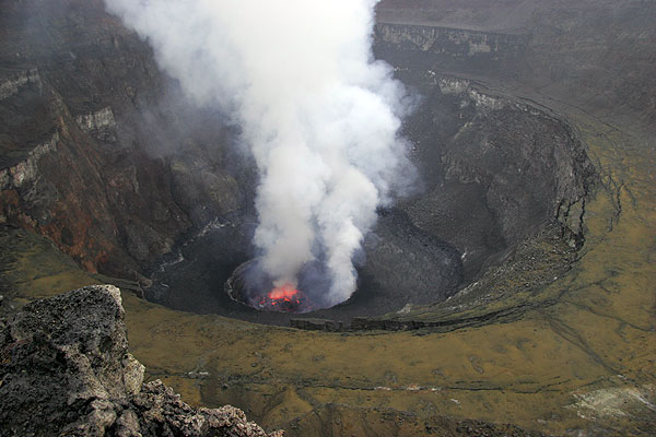 View of the caldera with eh lava lake and the new third terrace