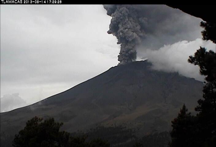 Uitbarsting pluim van Popocatepetl gisteren