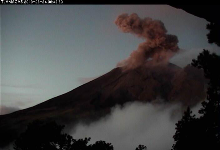 Uitstoot van als nl stoom uit Popocatepetl gistermorgen