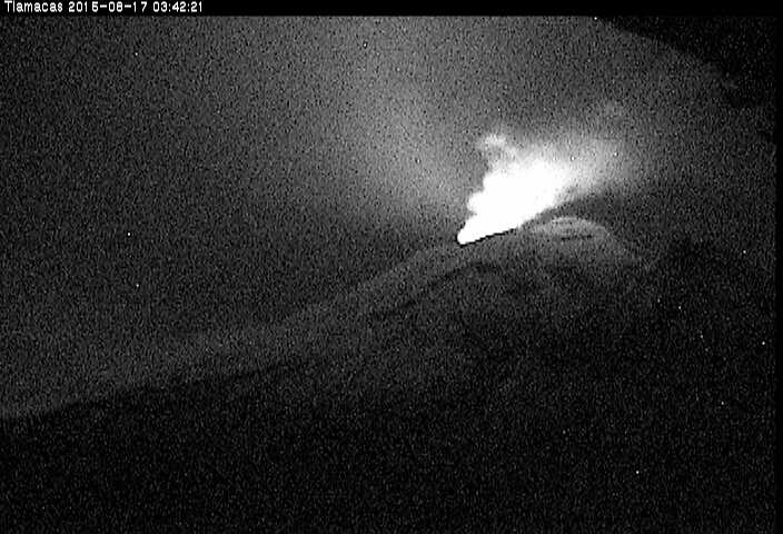Glow from Popocatépetl at night during a phase of more vigorous degassing