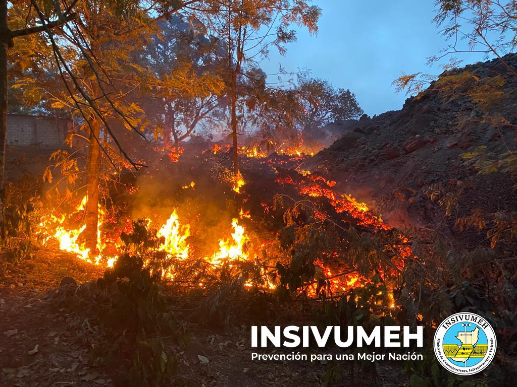 Lava flow from Pacaya inside farm land (image: INSIVUMEH / twitter)
