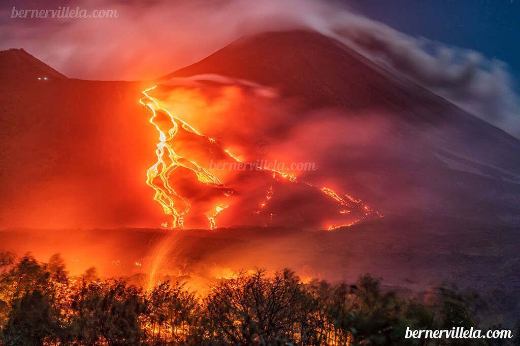Lava flows from Pacaya inundating bush land on 29 Mar (image: Berner Villela Fotografía / facebook)