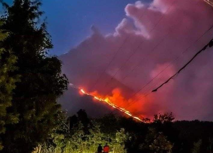 Glowing emissions from the active lava flow that continues to burn the local vegetation (image: @NoticieroSLV/twitter)