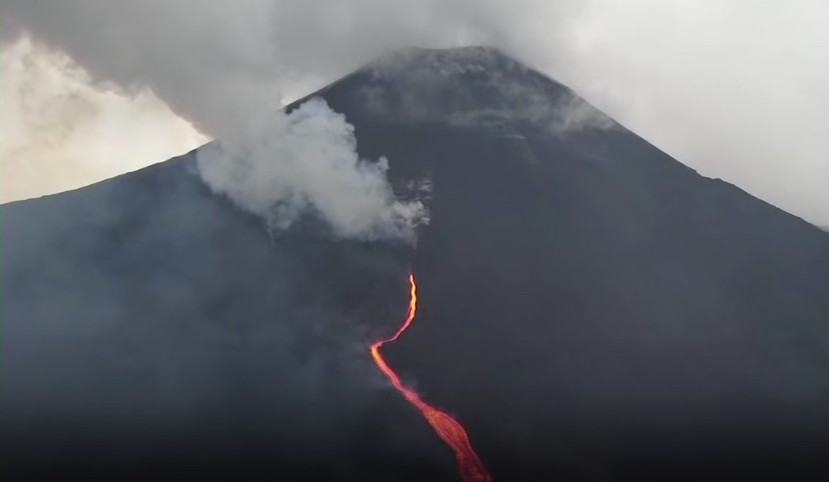 The eruptive fissure vent on the NW flank feeds the lava flow (image: @DavidHe11952876/twitter)