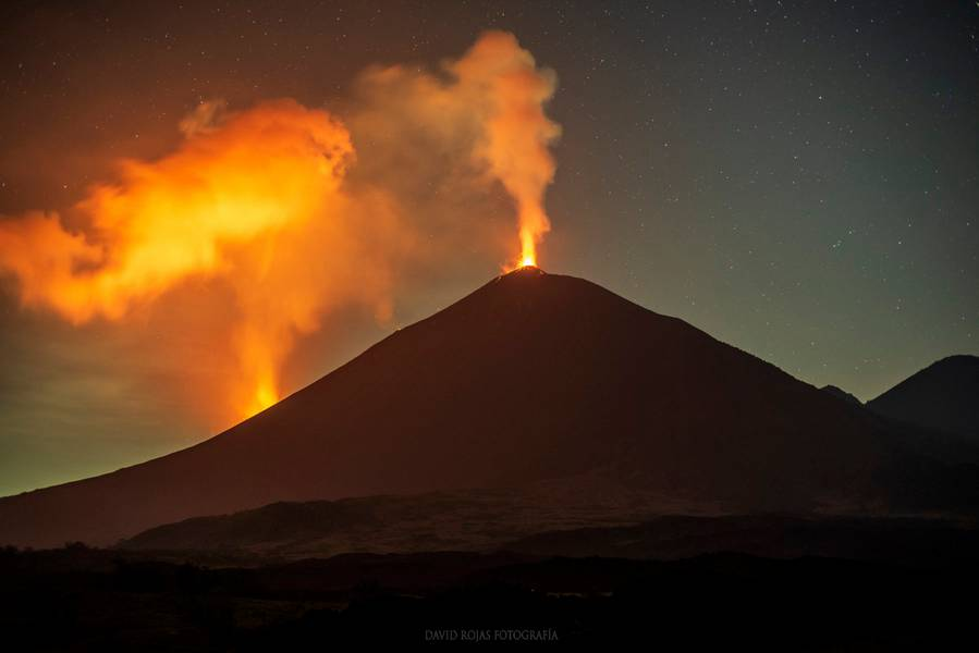 Pacaya volcano seen during the night 14-15 Nov 2020 the glow from the new vent on the western flank (left) (image: David Rojas / @DavidRojasGt / Twitter)
