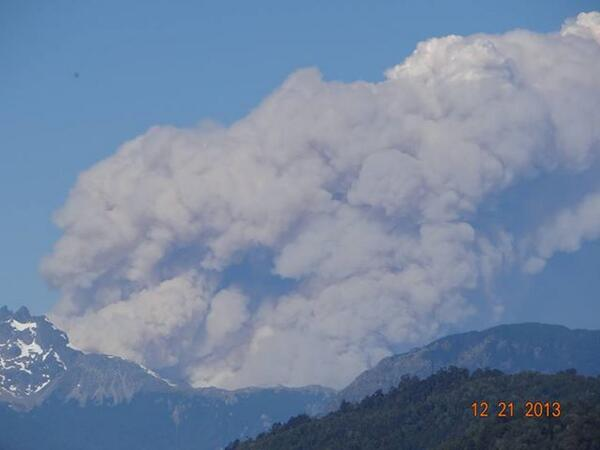 The eruption OR wildfire plume near Palena volcano yesterday (photo: A Gillmore / Twitter)