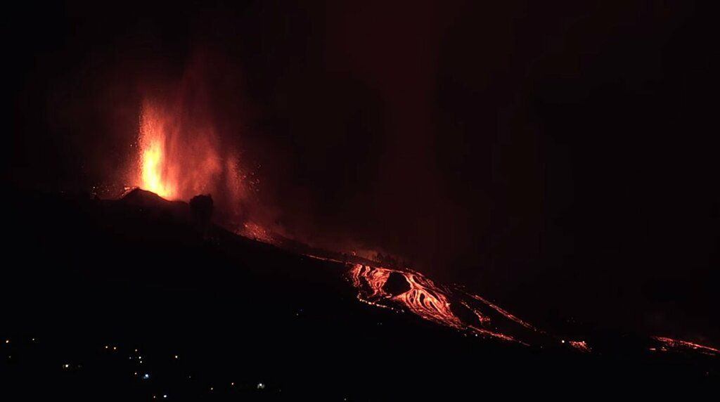 Lava fountains and lava flows at the current eruption site at La Cumbre Vieja volcano (image: @SquigglyVolcano/twitter)