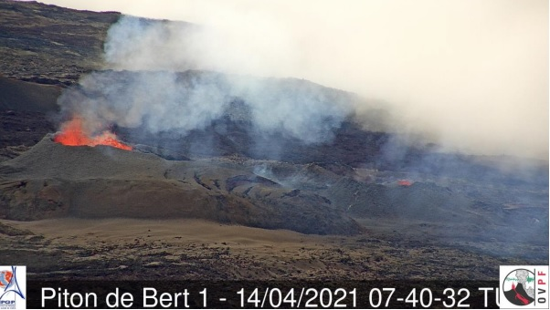Cinder cones continue to grow around the two main vents of the eruptive fissure (image: OVPF)