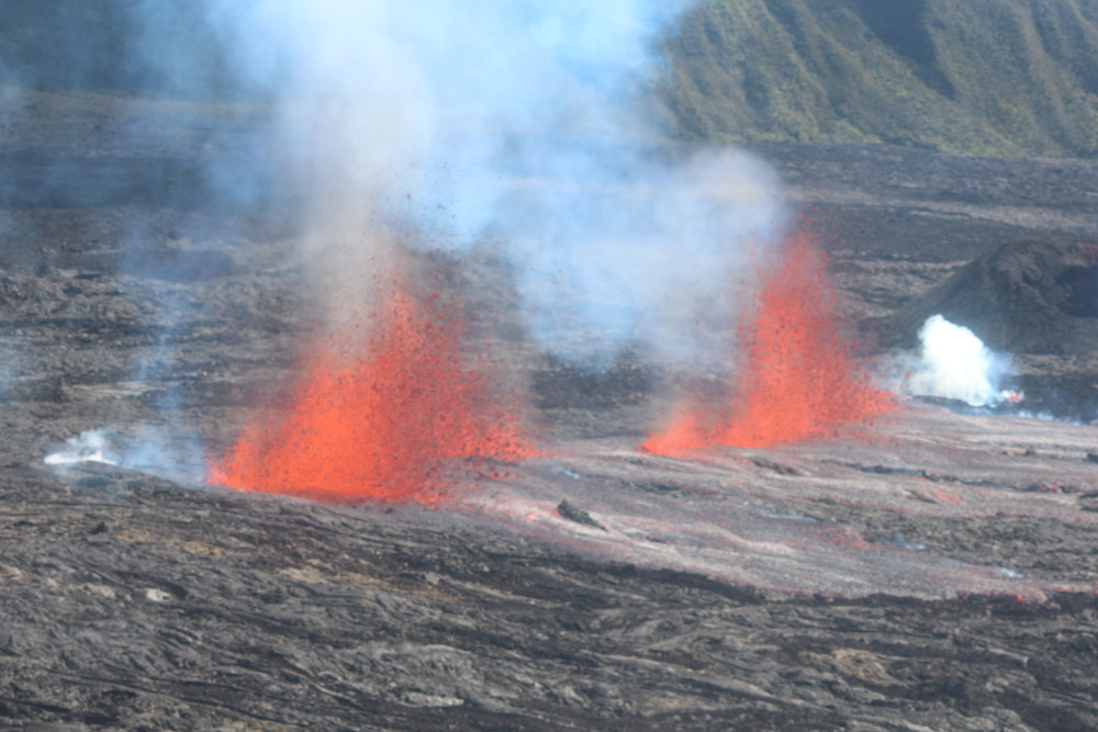 The new eruptive fissure at Piton de la Fournaise (image: Guillaume Cazarré / clicanoo)