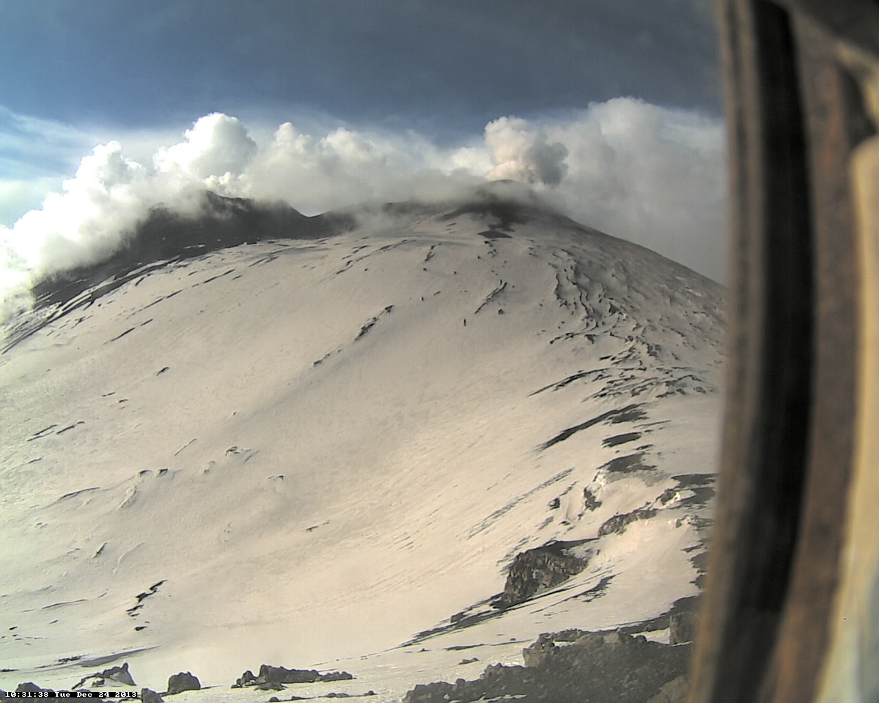 Steaming of the NE and Bocca Nova crater (Pizzo Deneri Etna Trekking webcam)