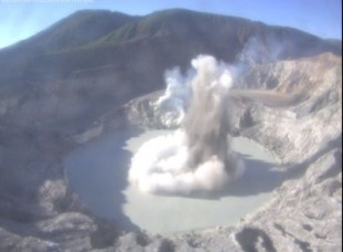 Phreatic explosion at Poàs volcano yesterday morning (Ovsicori webcam)