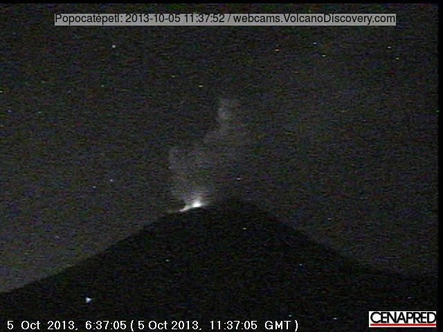 Crater glow and steam plume from Popocatépel early this morning