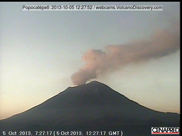 Crater glow and steam plume from Popocatépel this morning after dawn
