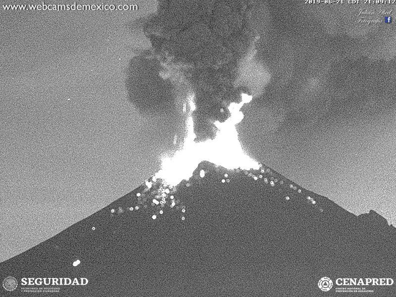 Eruption of Popocatépetl volcano yesterday evening (image: Webcams de Mexico)